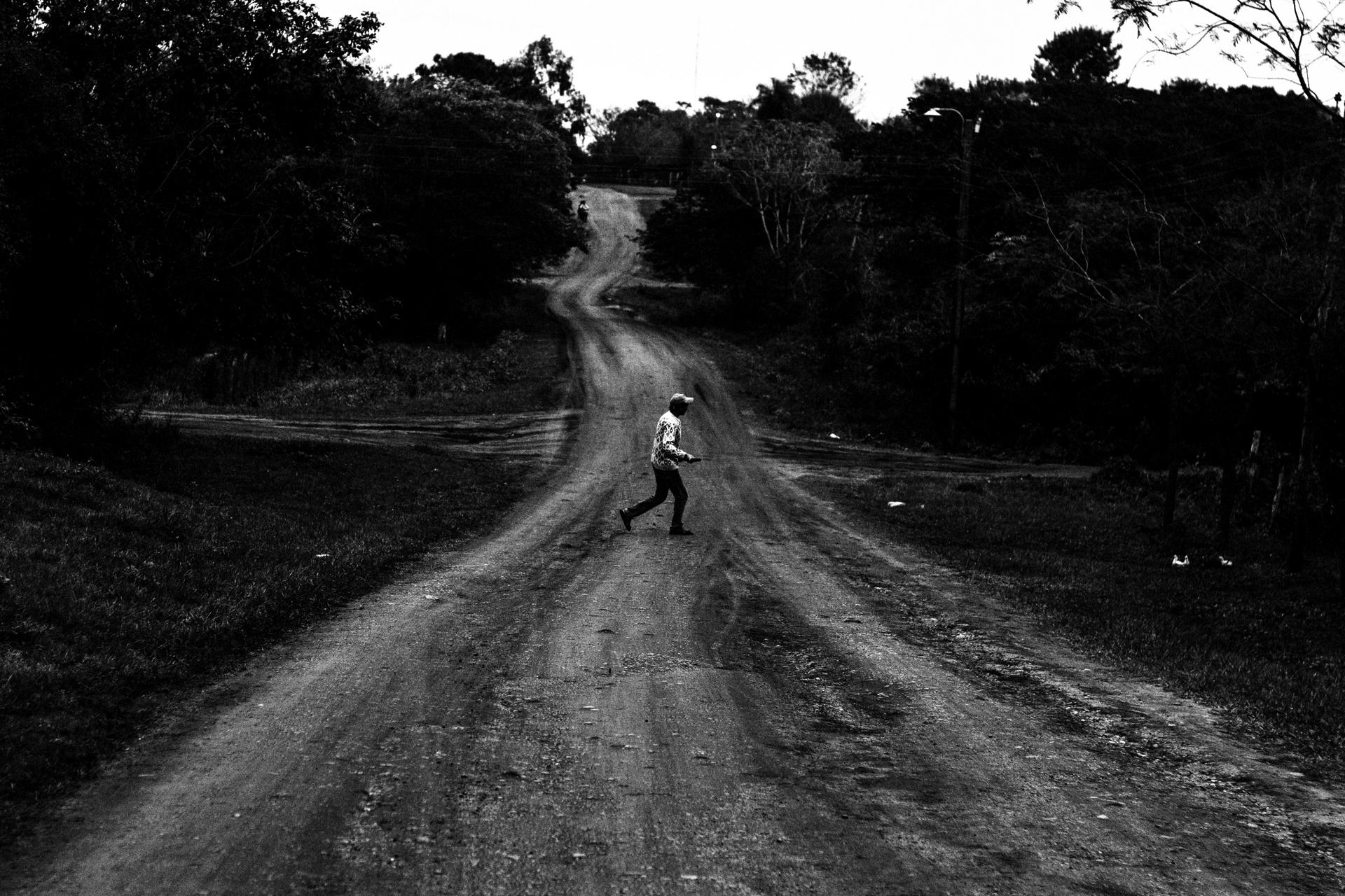 """""""De espaldas"""". San Cosme y Damián. Paraguay. 2015."""